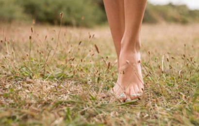 Camminare scalzi: il benessere dei piedi e non solo